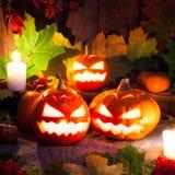 Тыквы хеллоуина на предпосылке деревянного стола Стоковые Фото