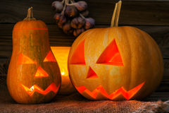 Тыквы хеллоуина на старой деревянной предпосылке Стоковое Изображение