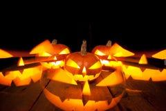 Тыквы хеллоуина усмехаются и страшные глаза на ноча партии Стоковое Изображение