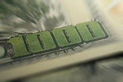 Тысяча долларовых банкнот близких вверх с сигналом разрывала высококачественное Стоковые Фото