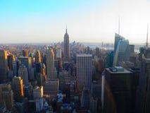 Тысяча зданий в NYC на свете захода солнца стоковые фото