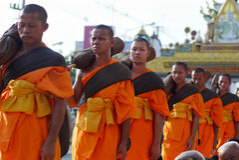 Тысяча монахов от Wat Phra Dhammakaya Стоковая Фотография RF