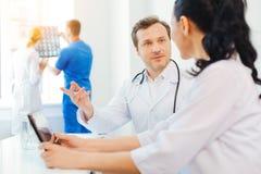 2 тысячелетних практикующий врача говоря совместно на работе Стоковая Фотография RF