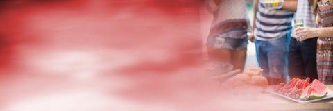 Тысячелетние нижние части тела на bbq с красным расплывчатым переходом Стоковая Фотография