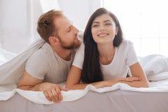 Тысячелетний беседовать человека и женщины предусматриванный в одеяле Стоковые Изображения