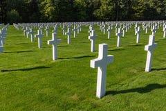 Тысячи белых крестов в воинском кладбище стоковое изображение