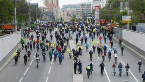 Тысячи велосипедистов на улице города Стоковое фото RF