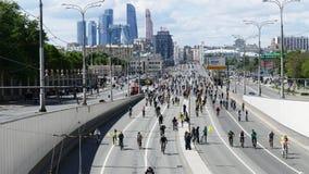 Тысячи велосипедистов на улице города Стоковое Изображение RF