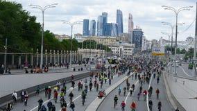 Тысячи велосипедистов на улице города Стоковое Фото
