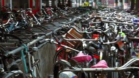 Тысячи велосипедов на самом большом Амстердаме велосипед город места для стоянки Амстердама видеоматериал