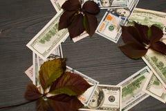 Тысячи долларов помещены в круге как предпосылка стоковые фотографии rf