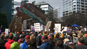 Тысячи маршируют против торгового соглашения TPP в Окленде Новой Зеландии сток-видео