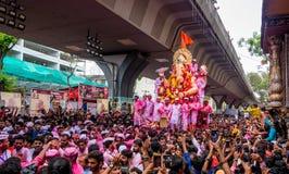 Тысячи подвижников предложили цену прощайте к лорду Ganesha стоковое фото
