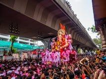 Тысячи подвижников предложили цену прощайте к лорду Ganesha стоковое фото rf