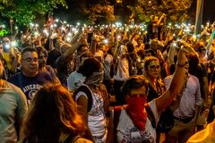 Тысячи протестующих вновь собирались в городах через Румынию стоковая фотография