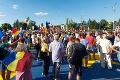 Тысячи протестующих вновь собирались в городах через Румынию стоковые фото