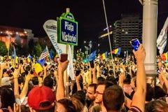 Тысячи протестующих вновь собирались в городах через Румынию ag стоковое фото rf