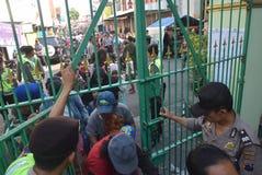 Тысячи резидентов выровнялись вверх для жертвенного мяса Стоковая Фотография