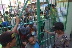 Тысячи резидентов выровнялись вверх для жертвенного мяса Стоковые Изображения RF