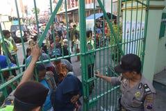 Тысячи резидентов выровнялись вверх для жертвенного мяса Стоковое фото RF