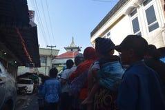 Тысячи резидентов выровнялись вверх для жертвенного мяса Стоковое Изображение RF