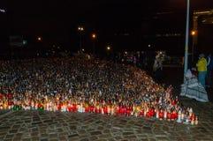 Тысячи свечей рядом с европейским центром солидарности вечером Свечи для коммеморативного стоковая фотография