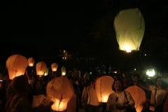 Тысячи фонариков, который летели на ночу Стоковое фото RF