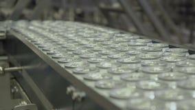 Тысячи чонсервных банк напитка алюминиевых на транспортере выравниваются на фабрике видеоматериал