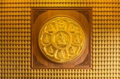 10 тысяч золотые buddhas выровнянные вверх вдоль стены Стоковые Изображения RF