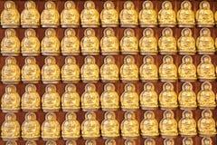 10 тысяч золотые buddhas выровнянные вверх вдоль стены Стоковое фото RF