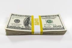 10 тысяч стог доллара с ремнем валюты стоковые фото