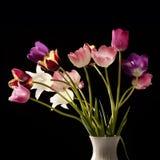 тюльпаны букета предпосылки черные стоковое изображение rf