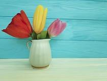 Тюльпаны вазы цветут декоративная концепции элегантная деревянное место для флористического текста винтажное естественное Стоковые Фото