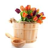 тюльпаны ведра полные деревянные стоковое изображение