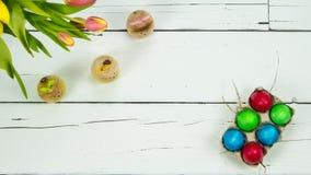 Тюльпаны, зайчики и яичка на деревянной предпосылке Стоковые Изображения