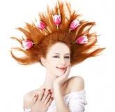 тюльпаны красивейшей девушки с волосами красные стоковое фото