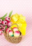 тюльпаны пинка подарка пасхальныхя коробки Стоковое Изображение