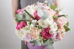тюльпаны цветка повилики состава предпосылки белые Покрасьте пинк, зеленый цвет, lavander, голубое Красивый роскошный букет смеша Стоковое Изображение