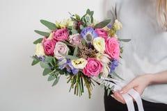 тюльпаны цветка повилики состава предпосылки белые Покрасьте пинк, зеленый цвет, lavander, голубое Красивый роскошный букет смеша Стоковая Фотография