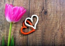 Тюльпан и сердца на деревянной предпосылке Стоковая Фотография RF