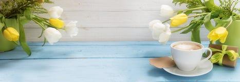 Тюльпан кофейной чашки, желтых и белых цветет в зеленых вазах и a Стоковое Фото