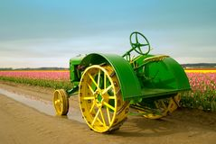 тюльпан трактора поля Стоковое Изображение RF