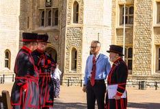 Тюремщики Йоменов башни Лондона (Beefeaters) Beefeaters церемониальные попечители башни Лондона Стоковые Фото