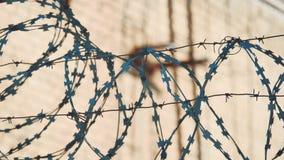 Тюрьма загородки закрыла колючую проволоку силуэта режима зоны строгую загородка нелегальной иммиграции от беженцев противозаконн сток-видео