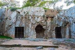 Тюрьма Socrates философа в Афинах Греции стоковые фотографии rf