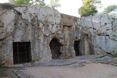 Тюрьма Socrates философа на холме Filopappou, Афинах стоковое изображение