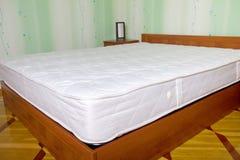 Тюфяк кровати. Интерьер спальни стоковая фотография