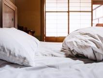 Тюфяк простынь с backgr комнаты японского стиля Futon подушки стоковые фотографии rf