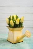 Тюльпаны весны в чонсервной банке yelow моча Стоковое Фото