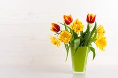Тюльпаны в вазе стоковые изображения